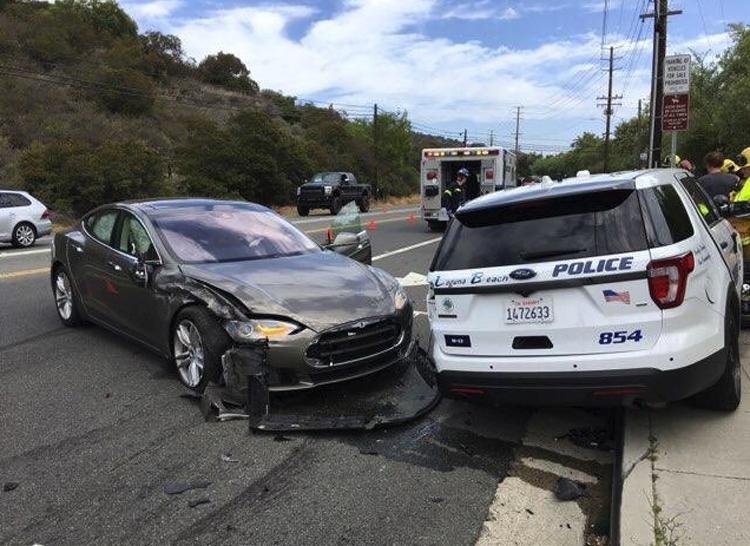 Фото - Электрокар Tesla на автопилоте попал в очередную аварию»