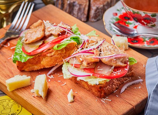 Фото - Рецепт для воскресного завтрака: брускетта с курицей и соусом Цезарь