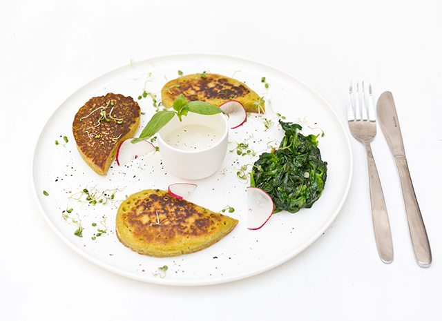 Фото - Рецепт для воскресного завтрака: оладьи из нутовой муки со сливочным соусом из кешью