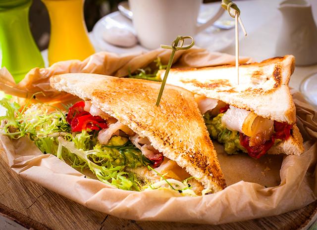 Фото - Рецепт для воскресного завтрака: сэндвич с авокадо и масляной рыбой