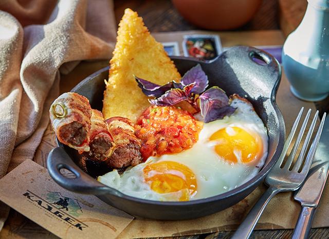 Фото - Рецепт для воскресного завтрака: яичница-глазунья с беконом и жареным сулугуни