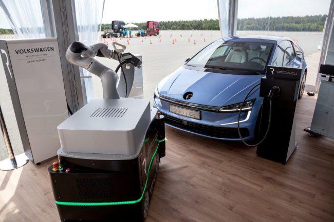 Фото - Volkswagen разработал робота-помощника для подзарядки электромобилей
