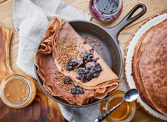 Фото - Рецепт для воскресного завтрака: гречишные блины с вареньем