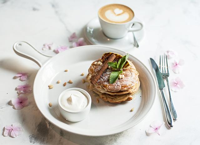 Фото - Рецепт для воскресного завтрака: панкейки с яблоками