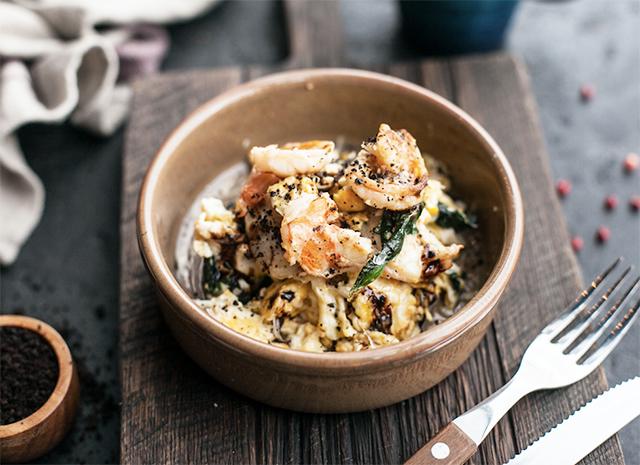 Фото - Рецепт для воскресного завтрака: скрэмбл с креветками и шпинатом