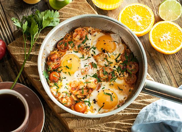 Фото - Рецепт для воскресного завтрака: яичница-глазунья с креветками