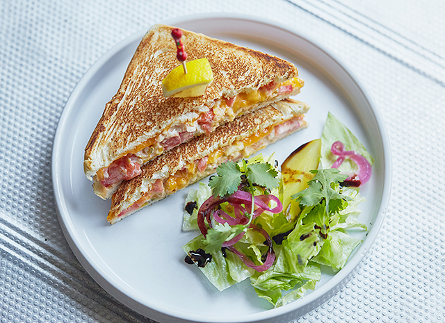 Фото - Рецепт для воскресного завтрака: сэндвич с треской и соусом спайси