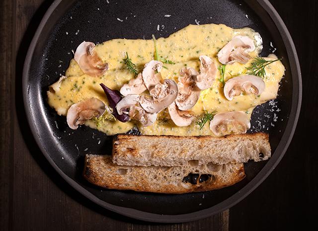 Фото - Рецепт для воскресного завтрака: омлет с творожным сыром и голландским соусом