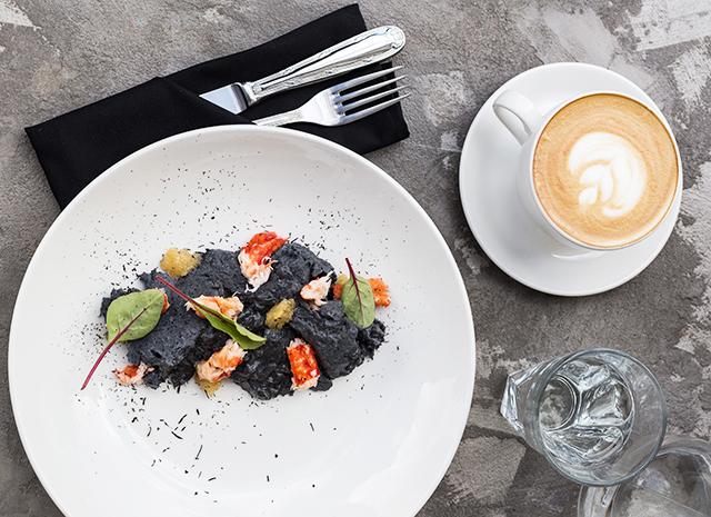 Фото - Рецепт для воскресного завтрака: черный омлет с крабом и щучьей икрой