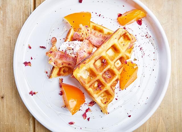Фото - Рецепт для воскресного завтрака: вафли с хурмой и беконом