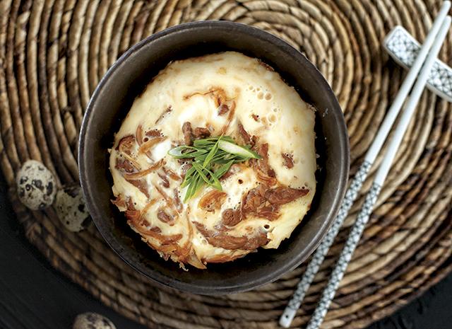 Фото - Рецепт для воскресного завтрака: японский омлет с говядиной и красным луком