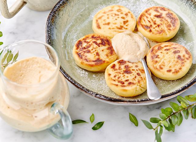 Фото - Рецепт для воскресного завтрака: сырники с кремом из вареной сгущенки