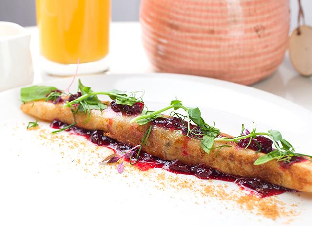 Фото - Рецепт для воскресного завтрака: блинчик с томленым гусем, яблоком и клюквенным конфитюром