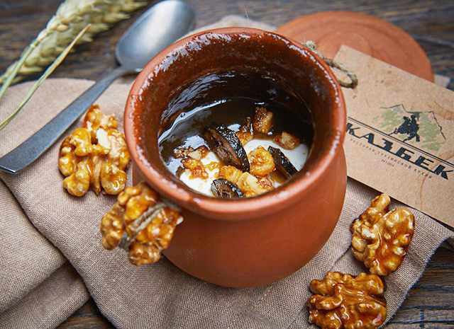 Фото - Рецепт для воскресного завтрака: мацони с грецким орехом