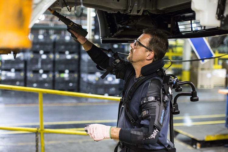Фото - Экзоскелет Ford облегчит работу специалистов сборочных линий»