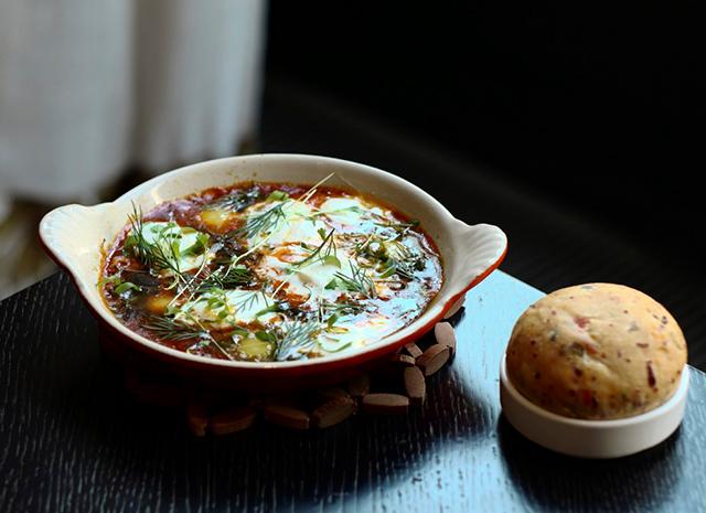 Фото - Рецепт для воскресного завтрака: шакшука из перепелиных яиц с печеными перцами и сливочным сыром