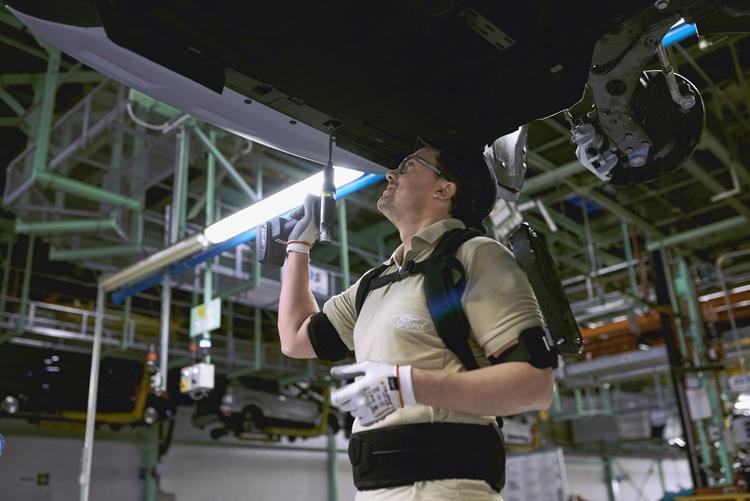 Фото - Специалисты сборочных линий Ford облачатся в экзоскелеты»