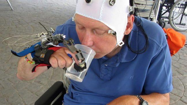 Фото - Роботизированная рука, управляемая силой мысли, поможет парализованным людям
