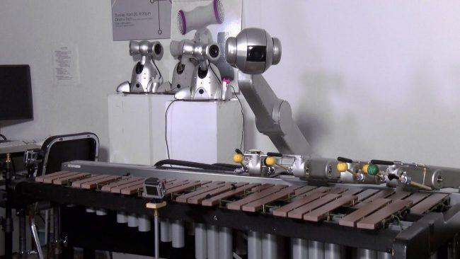 Фото - Четверорукий робот-музыкант, который играет музыку собственного сочинения